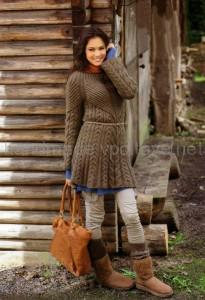 вязаное коричневое платье с косами