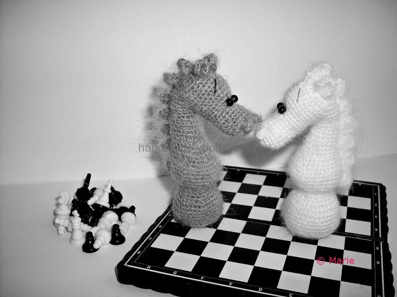 вязаный шахматный конь символ нового года